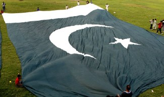 Giant Pakistan Flag-Story at Lahore Metroblog